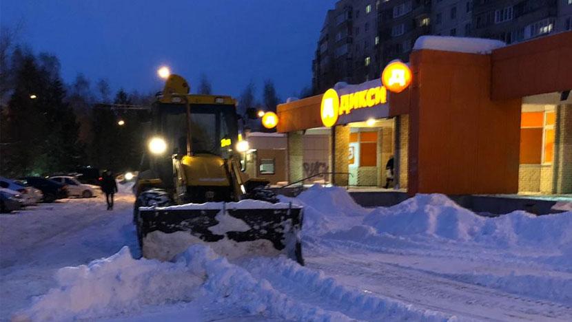 Уборка снега у магазина Дикси