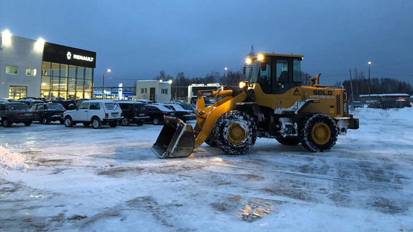 Уборка снега у автосалона