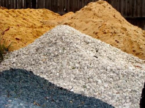 Как хранить песок и щебень на стройплощадке без потери качества материалов?