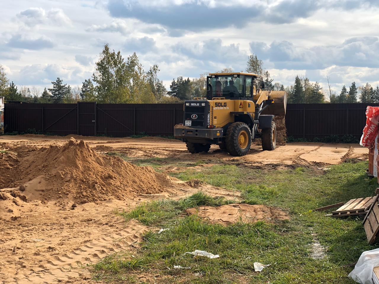 Доставка песка и выравнивание участка