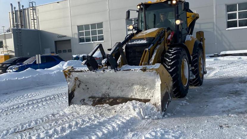 Уборка снега у автосалонов